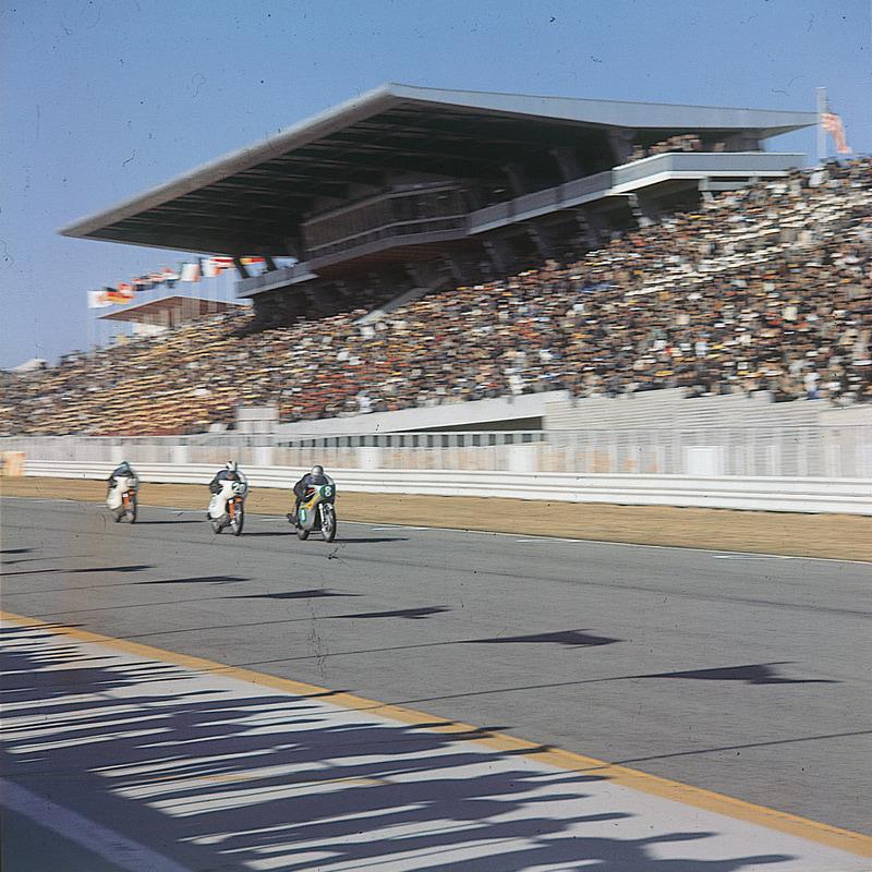 1963年、日本で初めての世界選手権「第1回日本グランプリロードレース」が開催され、レッドマン選手が優勝した