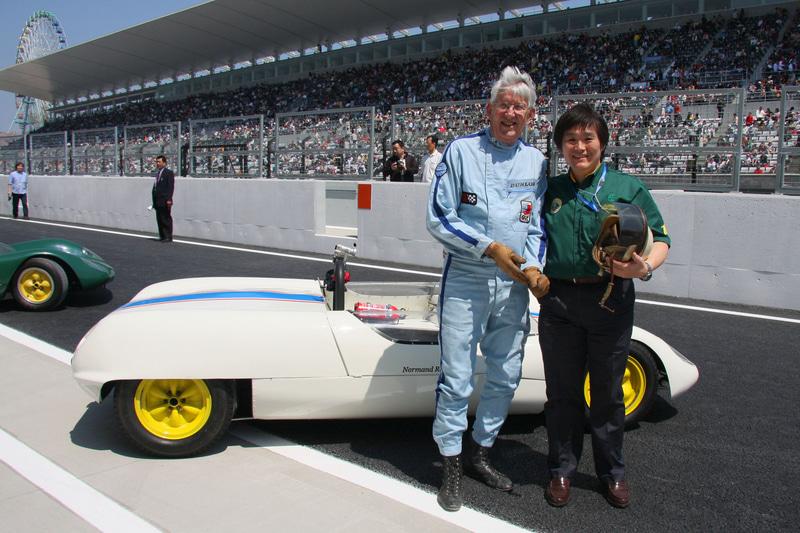 ロータス23でのデモ走行を終え、小倉茂徳氏と写真に収まるピーター・ウォー選手