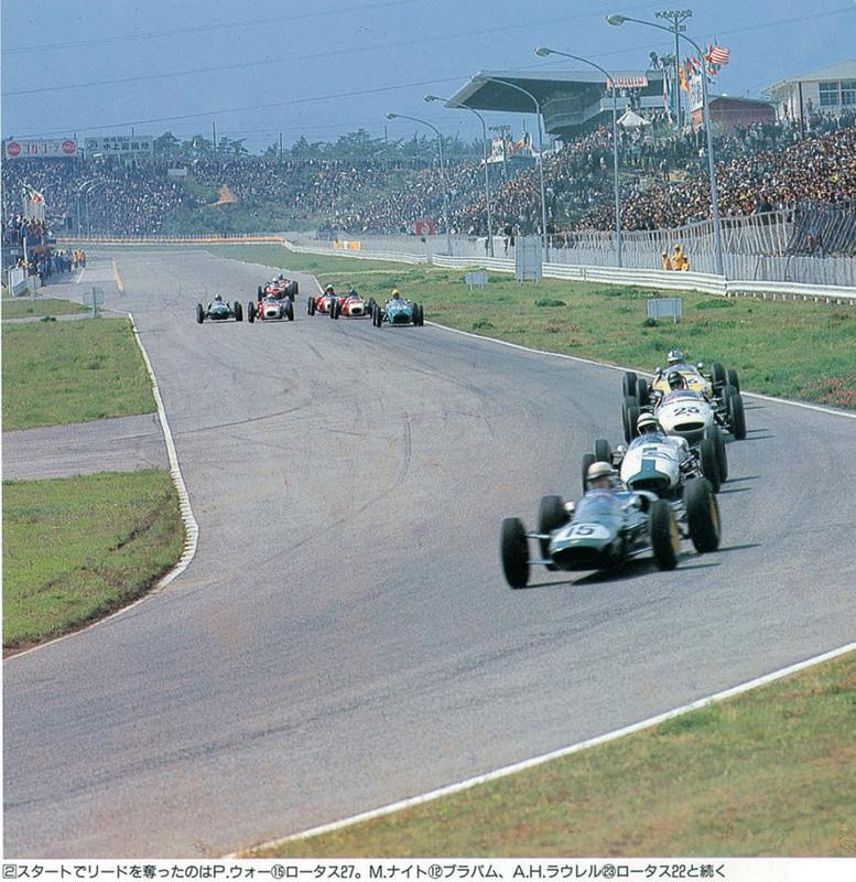 第2回日本グランプリ自動車レースJAFトロフィークラス。スタートでロータス27のピーター・ウォー選手がトップに立つが、2位に付けたマイク・ナイト選手が逆転で優勝した