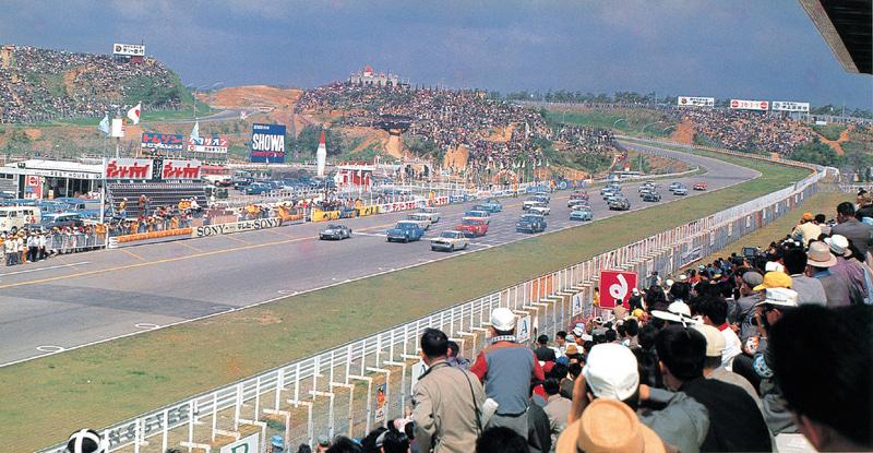 1964年、第2回日本グランプリ自動車レース、GT-IIクラス。ダンロップと最終コーナーに挟まれたエリアに謎のお城が見える
