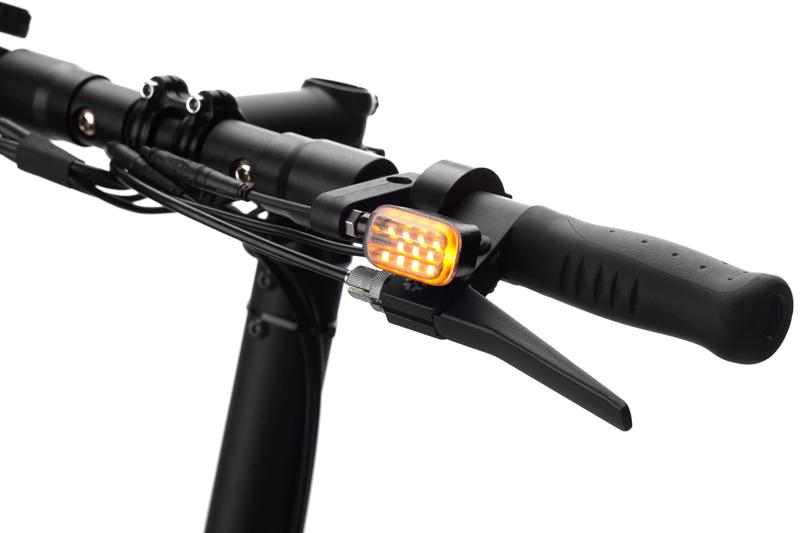 ウィンカーなどの灯火類を装備し、保安基準に適合