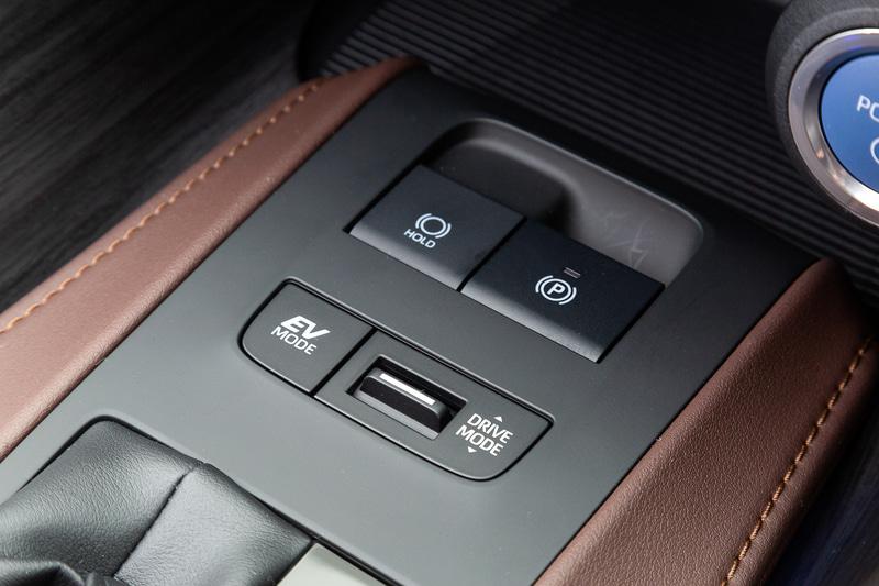 """ブラウン本革を採用するハイブリッドの「G""""Leather Package""""」のインテリア。インパネから左右のドアトリムにかけたボリューム感のあるラインにより、大らかに広がる雰囲気を演出して包み込まれるような安心感と居心地のいい空間を表現。また、幅広く堂々としたセンターコンソールは乗馬用の鞍をイメージしたデザインで、新型ハリアーのハイライトの1つになっている"""