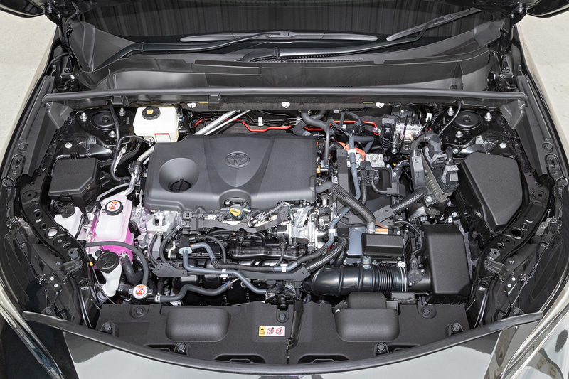 ハイブリッド仕様が搭載する直列4気筒2.5リッター直噴自然吸気「A25A-FXS」型エンジンは、最高出力131kW(178PS)/5700rpm、最大トルク221Nm(22.5kgfm)/3600-5200rpmを発生するほか、リダクション機構付の電気式無段変速機を備えるハイブリッドシステム「THS II」を採用。システムトータルで2WD車が160kW(218PS)、4WD車が163kW(222PS)を生み出す