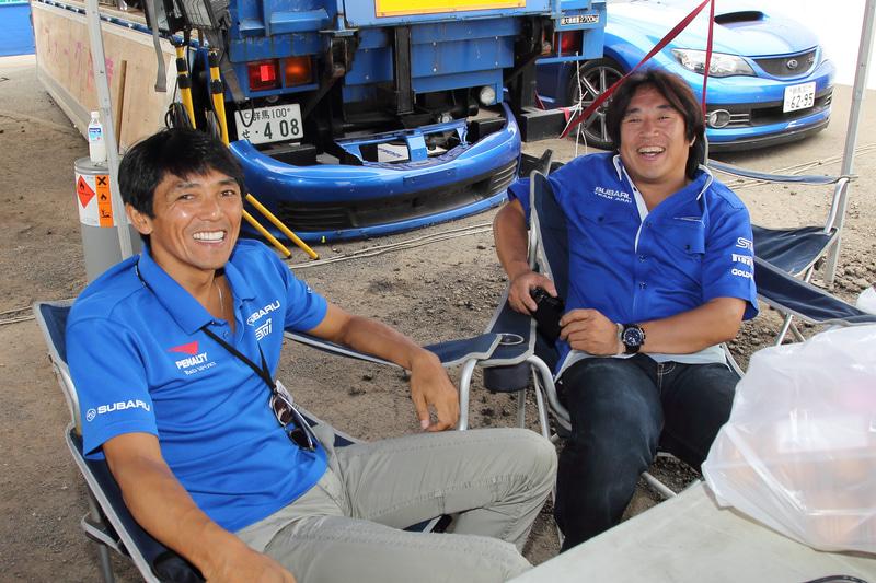 同日開催だった富士スピードウェイ(静岡県)でのSUPER GTが台風の影響で中止となり、当時スバルBRZでGT300を戦っていた山野哲也選手が急遽北海道入りし観戦。一緒に観戦できたファンはラッキー! 各々の理由で走れなくなった2人がテントでくつろぐ姿も……