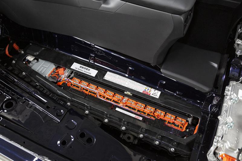 フロアにリチウムイオンバッテリーを搭載。写真の縦型ユニットが4本搭載され、容量は51A、槽電圧355.2V、総電力量は18.1kW