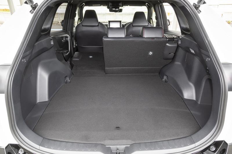 ラゲッジスペースのバリエーション。オプションのスペアタイヤ装着時でも490Lの荷室容量を確保