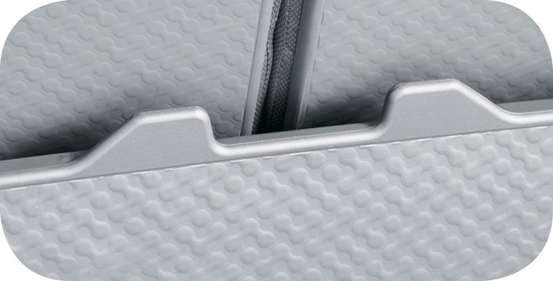 シートバックとデッキボード表面には汚れを拭き取りやすい立体形状のパターンを採用