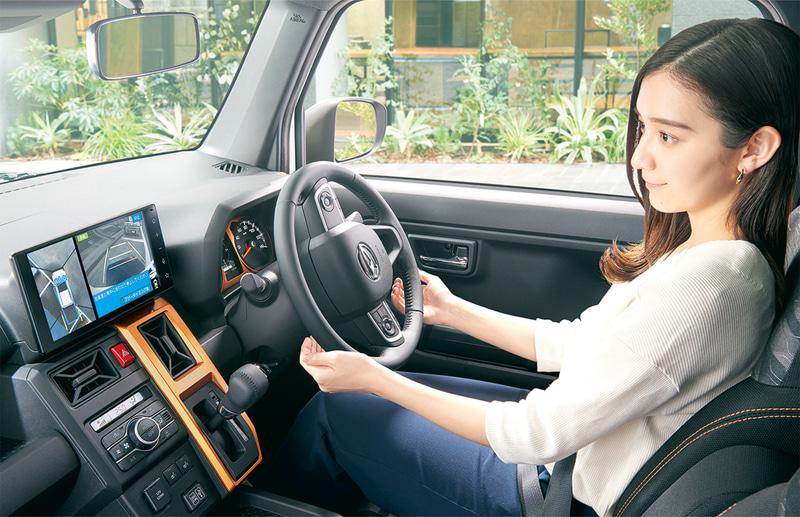 駐車の際にステアリング操作とブレーキ・アクセル操作をアシストする「スマートパノラマパーキングアシスト」もオプション設定