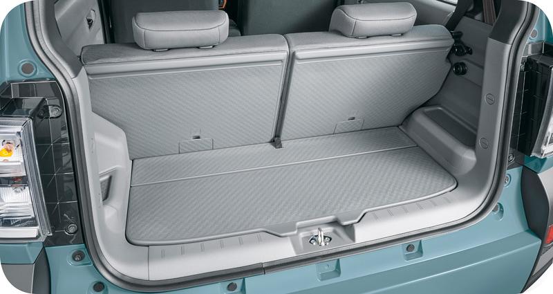 後席のシートバックは樹脂でカバーされているので丈夫で、前倒しするとラゲッジスペースと繋がるフラットなスペースになる。そのため荷物を気軽に積んでいくことができる