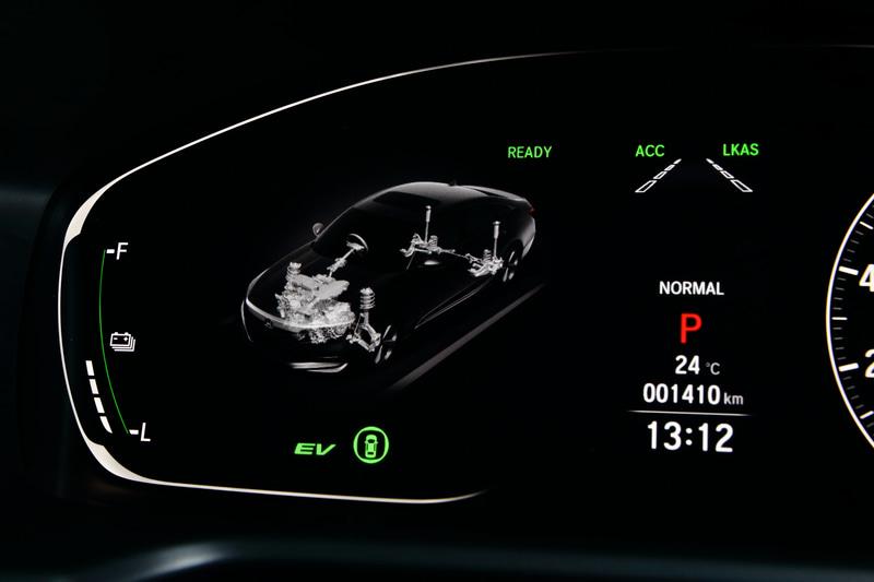 ドライブモードは「スポーツ」「ノーマル」「コンフォート」を設定。ステアリングフィールやアクセルレスポンス、サスペンションの硬さが変更される