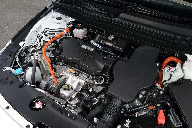 直列4気筒DOHC 2.0リッター「LFB」型エンジンは最高出力107kW(145PS)/6200rpm、最大トルク175Nm(17.8kgfm)/3500rpmを発生。これに最高出力135kW(184PS)/5000-6000rpm、最大トルク315Nm/0-2000rpmを発生する走行用モーターを組み合わせる。WLTCモード燃費は22.8km/L