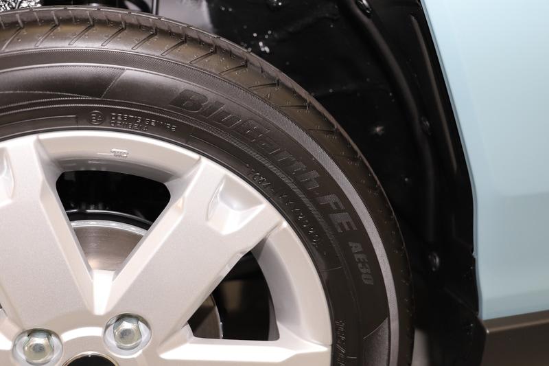 タイヤは横浜ゴム「BluEarth-FE AE30」を装着。タイヤサイズは165/65R15。バンパーが切り欠きのようなデザインとなっていて、正面から見るとタイヤがチラリと見えるのがポイント