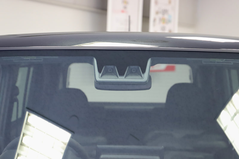 予防安全機能「スマートアシスト」では、約3年ぶりにステレオカメラを一新。イメージセンサーを変更して撮像性能を向上させ、夜間歩行者に対応するとともに、カメラ認識処理の変更により検知性能を向上。衝突回避支援ブレーキ機能の対応速度を引き上げるとともに、昼間の2輪車検知も可能となった