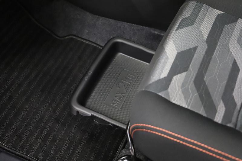 助手席側にシートアンダートレイを採用