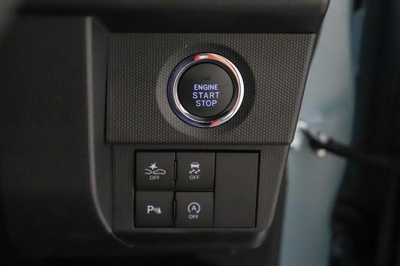 プッシュスタートスイッチの下に運転支援のスイッチ類を配置