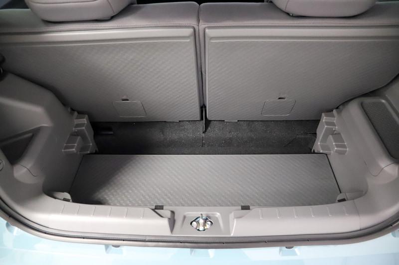 ラゲッジボードは荷物によって高さを変えたり、立てかけてフックのように使ったりできる