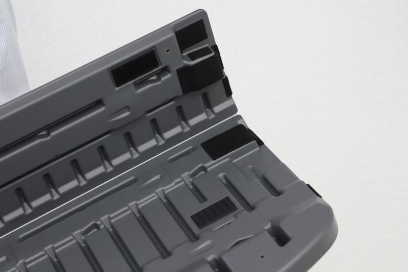 ラゲッジボード裏面には面ファスナーがついていて、簡単にたためるようになっている