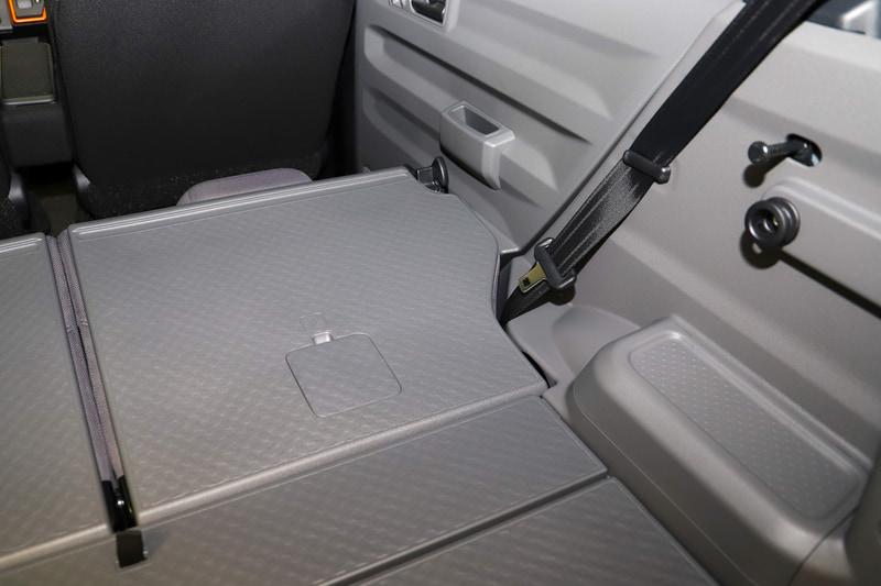 リアシートを倒すとシートとドアの隙間が完全に埋まり、フルフラットなスペースになる