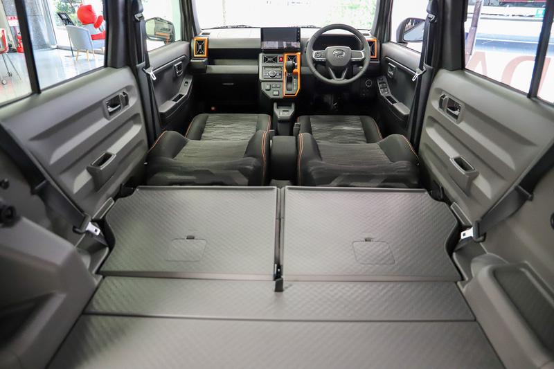 フロントシートを倒してヘッドレストを外すと大人が寝られそうなくらい広いスペースとなる。助手席側だけ倒すことで2名乗車での長尺物積載など、さまざまな使い方ができそう