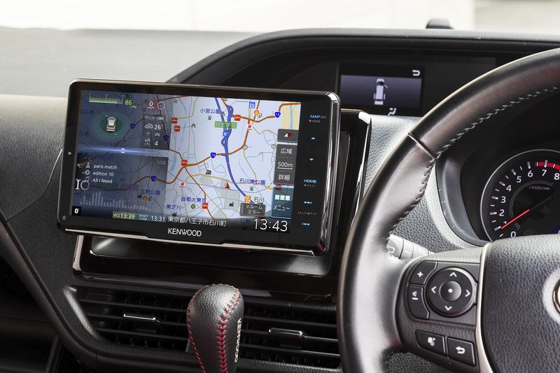 フローティング機構により幅広い車種に9V型ディスプレイを装着可能とした「MDV-M907HDF」。装着車両はトヨタ自動車「ノア」
