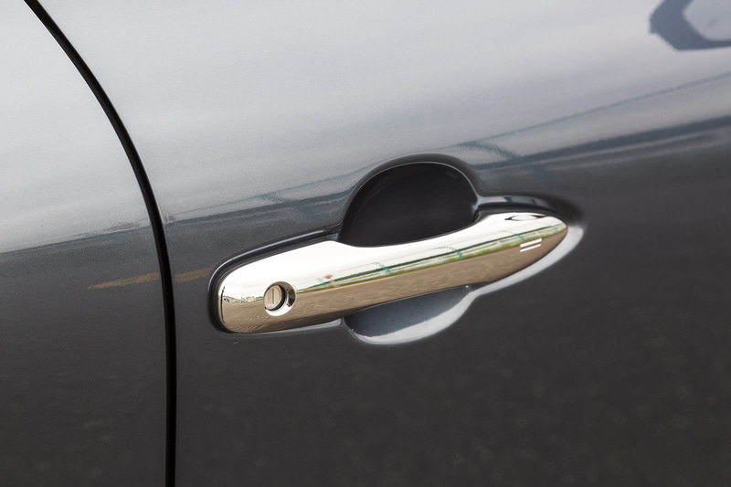 ドアハンドルはSのみボディ同色で、その他のグレードはメッキタイプとなる