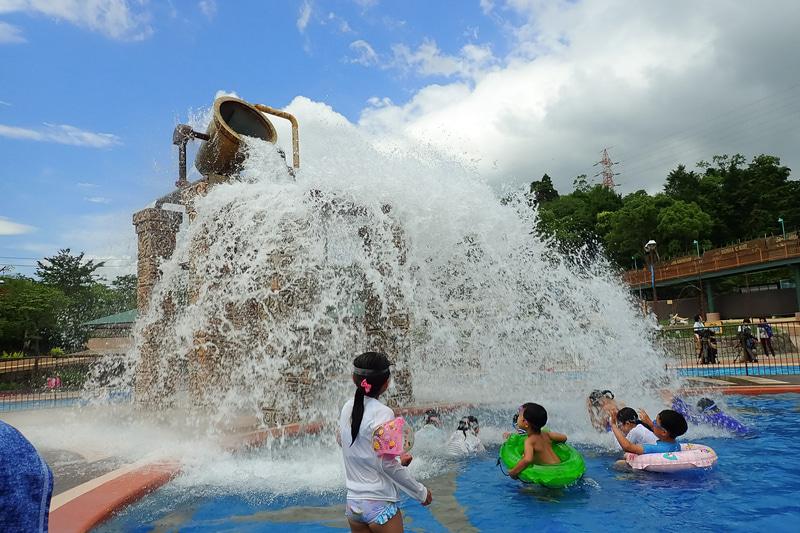 「アドベンチャーリバー」。大量の水が一気に流れ落ちる「勇気の聖杯」や不規則に水を振りまく「あばれ噴水」など、大量の水を使った仕掛けが楽しめる流水プール