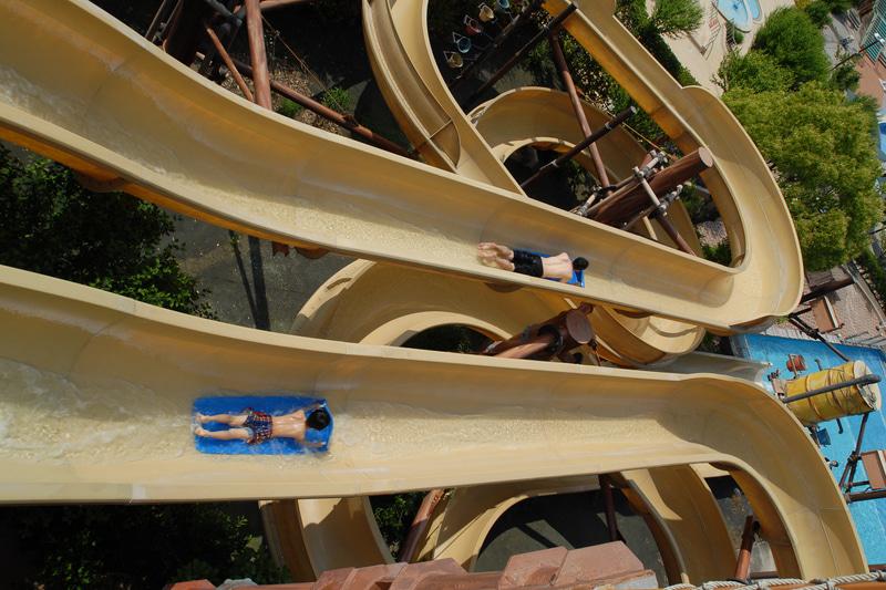 「パワーバトルスライド」。2つのレーンを別々に出発し、2人で基準タイムクリアを目指すスライダー。定員:1名(各レーン)。利用制限:身長120cm以上。コース全長:80m
