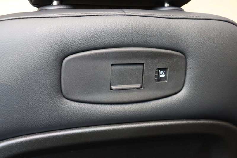 フロントシートの背面に、コートハンガーなどのオプションを追加できるリッド付きの固定エリアや充電用USB端子を備える