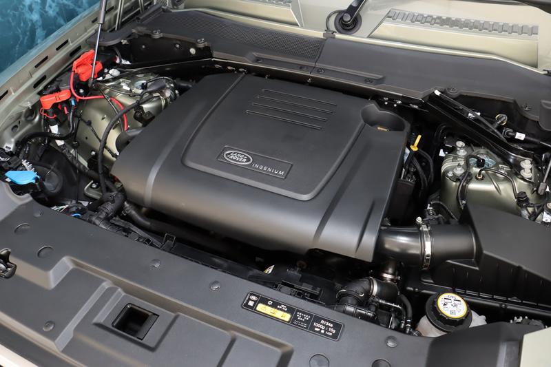 """最高出力221kW(300PS)/5500rpm、最大トルク400Nm/1500-4000rpmを発生する直列4気筒2.0リッター""""INGENIUM""""ガソリンエンジン。0-100km/h加速は8.1秒、最高速は191km/hとなる"""