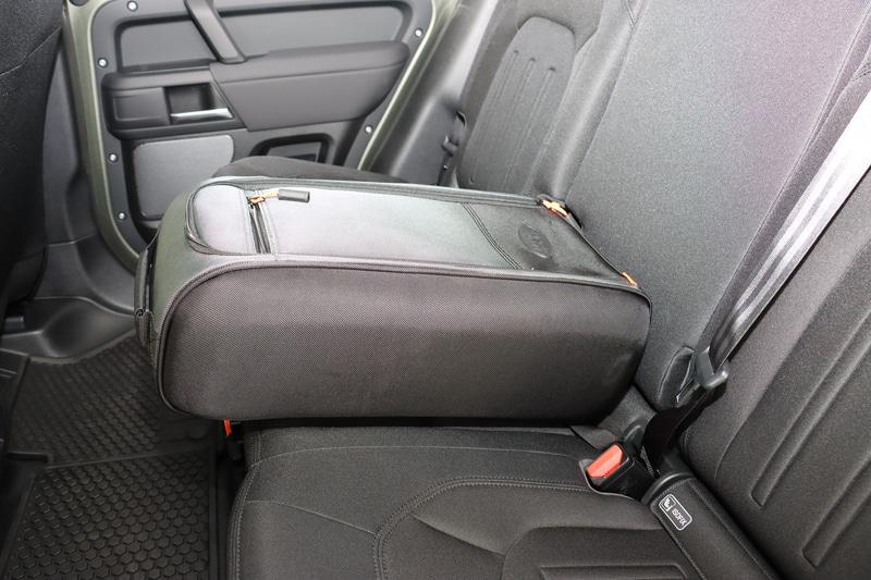 リアシート中央部分に固定可能な「シートバックパック」