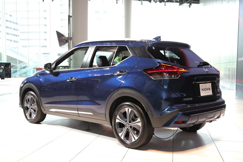 ダークブルーカラーの「X」(275万9900円)のシートはクロスと合皮の組み合わせ