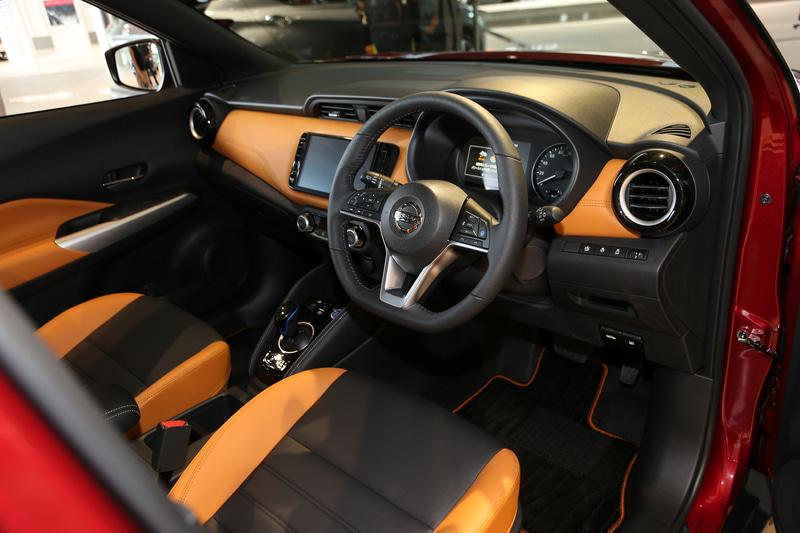 「X ツートーンインテリアエディション」のインテリア。2トーンカラーシートによるファッショナブルな仕上げが特徴で、人間工学に基づき快適な座り心地で疲労軽減効果のある「ゼログラビティシート」を採用。前席ヒーター付シートは「X ツートーンインテリアエディション」に標準装備、「X」にメーカーオプション設定