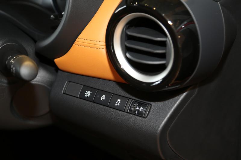 「X ツートーンインテリアエディション」で標準装備のステアリングヒーターは運転席右側にレイアウトされるスイッチでON/OFFが可能