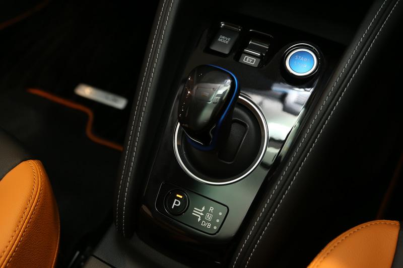 キックスは電制シフトとともに電動パーキングブレーキ(オートブレーキホールド機能付き)を採用。プッシュパワースターターはe-POWER専用のブルーLEDで照らされる