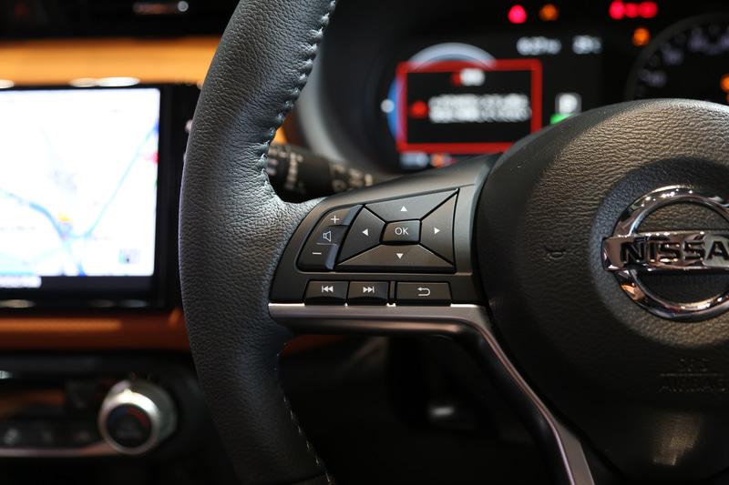 Dカット型本革巻きステアリングのスイッチ左側。アドバンスドドライブアシストディスプレイやオーディオの設定などが行なえる