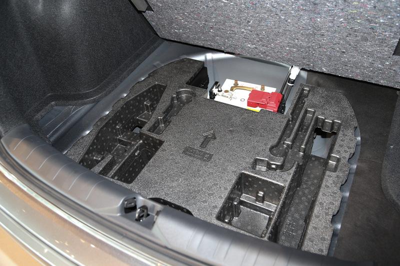 ラゲッジルーム容量は423Lを確保し、9インチのゴルフバッグ3つまたはMサイズのスーツケース(675×452×250mm)を4個積載できる。後席は6:4分割可倒式
