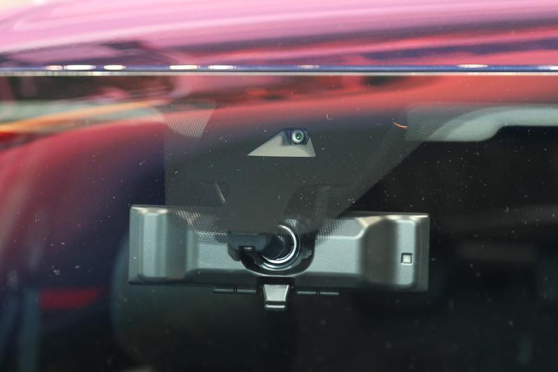 エクステリアでは「ダブルVモーショングリル」や「フローティングルーフ」を特徴とし、力強さとスタイリッシュさを表現。いずれのグレードもLEDヘッドライトやLEDフォグランプを標準装備