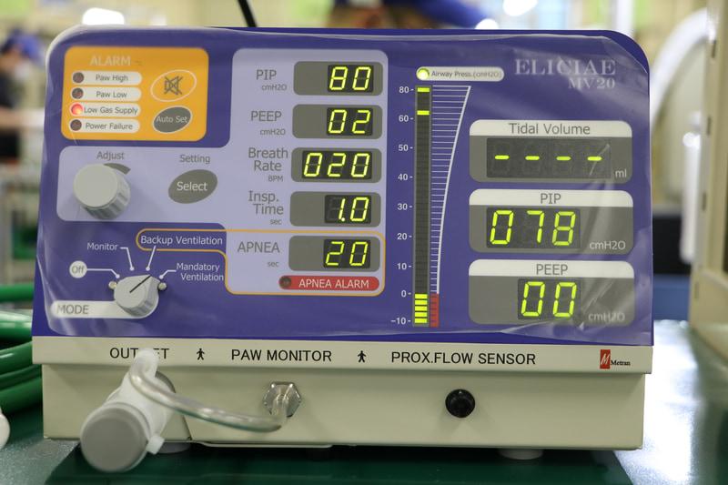 モードは「自分で呼吸ができない患者用」「自分で呼吸はできるけど弱い(呼吸が浅い)患者用」「自分で普通に呼吸ができる患者用(モニター状態。呼吸が弱ると動くが基本的に止まっている)」の3段階のみ。各モードを選んだら、空気を送り込む力(PIP)、空気を抜く時の力(PEEP)、呼吸数(Breth Rate)、吸気時間(Insp.Time)を調整できるようになっている