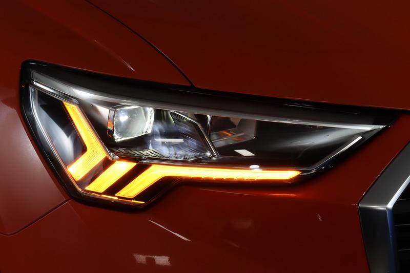 ヘッドライトにデイタイムランニングライトを備えるLEDヘッドライトを採用。ウインカーは特徴的な発光パターンとなっている