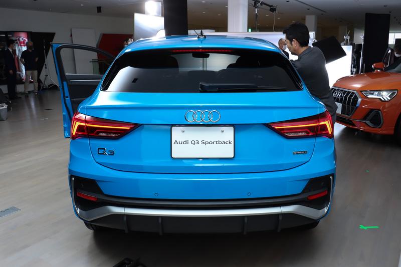 ボディカラーは「ターボブルー」。ドアパネル下側にQ3と比較してはっきりとしたキャラクターラインが刻まれている。ボディサイズは4520×1855×1565mm(全長×全幅×全高)、ホイールベースは2680mm、車両重量は1710kg