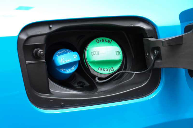 燃料タンク容量は63L。排出ガスの後処理に利用するAdBlueの補充口が並んでレイアウトされる