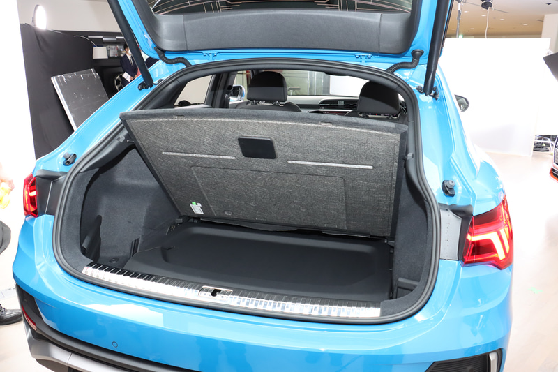 Q3 スポーツバックのラゲッジスペース。トノボードをフロア下に収納可能