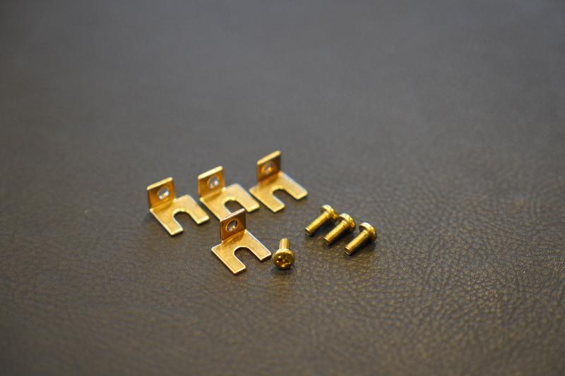 付属品となる真鍮製取り付け金具および真鍮製ビス
