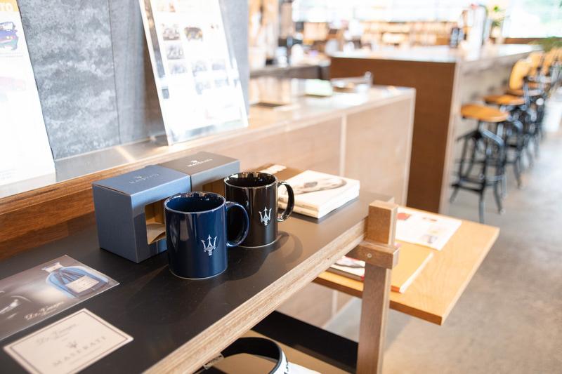 カフェの店内はマセラティにまつわるアート作品やポスターなどが飾られ、マセラティの世界を楽しめる空間に