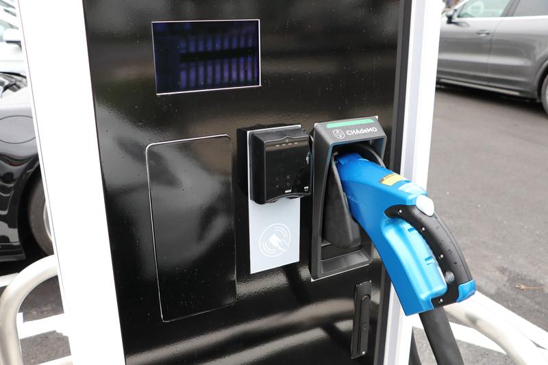 屋外駐車場には急速充電のポルシェターボチャージャーが2基配備されている(挿入ソケットはチャデモ)