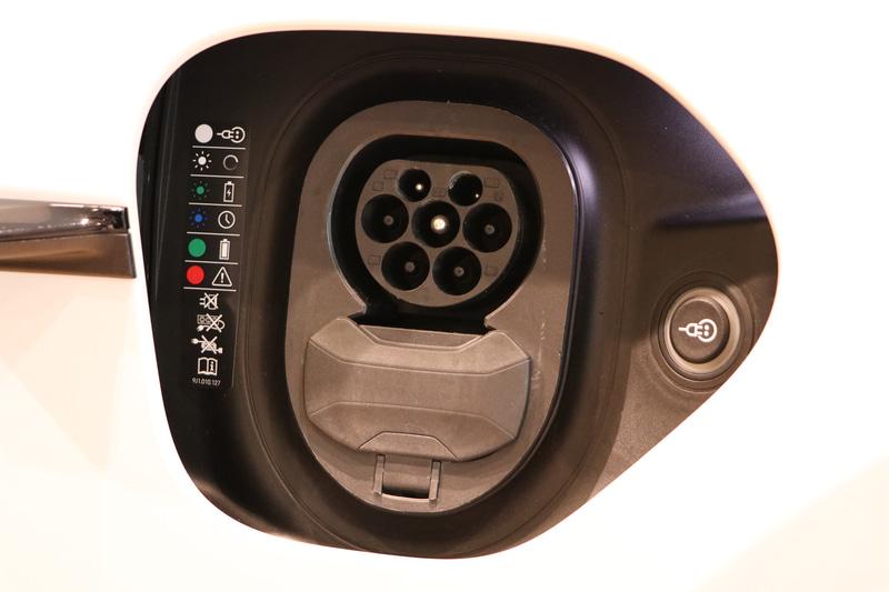 普通充電、急速充電口はフロントフェンダーの左右同じ場所に配置。今回は展示タイミングの問題で欧州仕様車。そのため充電規格はコンボのものとなっていた。日本仕様はチャデモを採用しており。日本仕様も欧州仕様も運転席側に普通充電口、助手席側に急速充電口を配置。これは普段使いの普通充電口を運転席側へとという配慮のため
