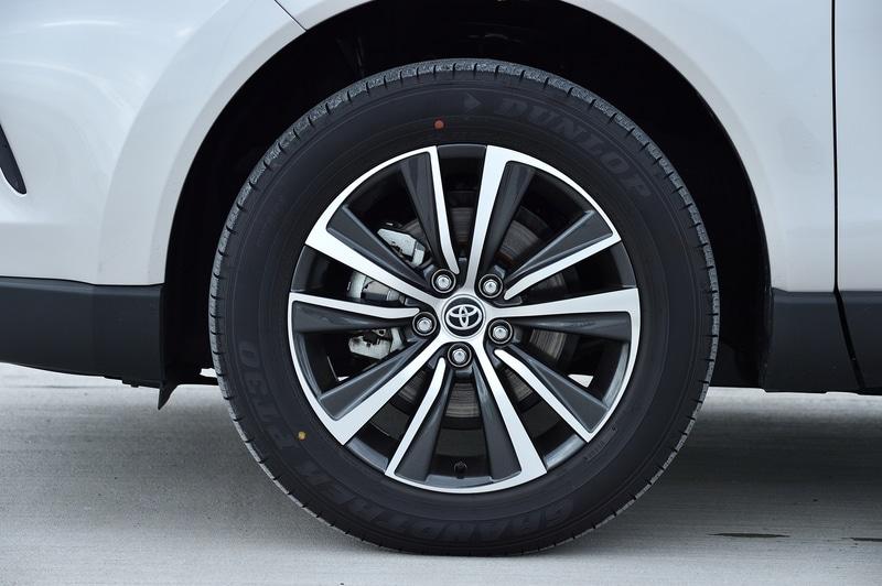 ハイブリッド Gの2WD(FF)モデル。価格は400万円。ボディカラーはスティールブロンドメタリック。ボディサイズは4740×1855×1660mm(全長×全幅×全高)、ホイールベースは2690mm。WLTCモード燃費は22.3km/L(市街地モード19.5km/L、郊外モード25.1km/L、高速道路モード22.1km/L)。切削光輝+ダークメタリック塗装の18インチアルミホイールを装着し、タイヤは225/60R18サイズのダンロップ「グラントレック PT30」を組み合わせる