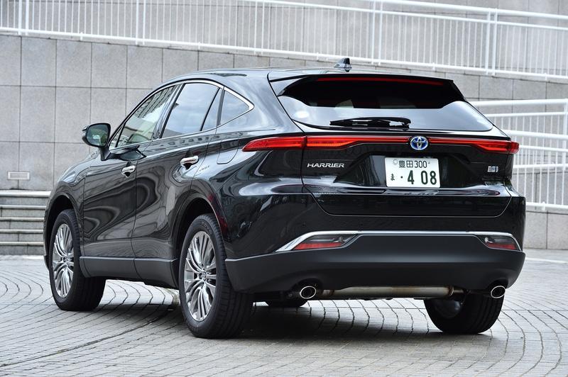 """ハイブリッド Z""""Lather Package""""の4WD(E-Four)モデル。価格は504万円。ボディカラーはプレシャスブラックパール。ボディサイズは前出の通り。WLTCモード燃費は21.6km/L(市街地モード18.9km/L、郊外モード24.2km/L、高速道路モード21.4km/L)。高輝度シルバー塗装の19インチアルミホイールを装着し、タイヤは225/55R19サイズのTOYO TIRE「プロクセス R46 A」を組み合わせる"""