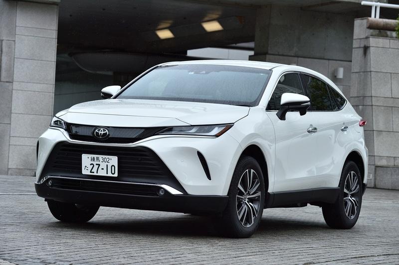 ガソリンモデルとなるGの2WD(FF)モデル。価格は314万円。ボディカラーはホワイトパールクリスタルシャイン。ボディサイズは前出の通り。WLTCモード燃費は15.4km/L(市街地モード11.3km/L、郊外モード15.7km/L、高速道路モード18.0km/L)。切削光輝+ダークメタリック塗装の18インチアルミホイールを装着し、タイヤは225/60R18サイズのダンロップ グラントレック PT30を組み合わせる