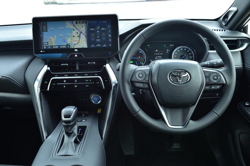 運転席まわり。ステアリングスポーク左側には情報操作系とオーディオの音量やハンズフリーのスイッチを、右側にはACCなど運転支援系とオーディオのモード選択などのスイッチを集約